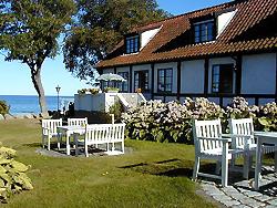 Hotel - Pension bei  Allinge Badehotel   Allinge Badehotel ligger i den sydlige del af Allinge direkte ved havet.  Badehotellet er det perfekte udgangspunkt for en vellykket ferie, omgivet af en enestående natur. Vi ligger tæt på havet og der er kun ca. 50 m til Næs badestrand og kun få minutters gang til spisesteder og indkøbsmuligheder. Du skal være hjertelig velkommen.  Pris fra 485kr